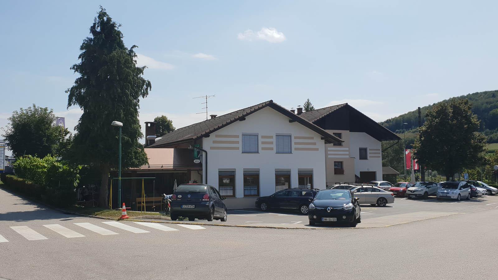 Slider spletne strani gostilne Meglic, na kateri je slikano posestvo in parkirišče