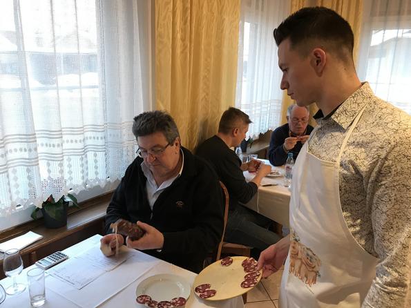 Ocenjevanje salame na salamijadi gostilne Meglic
